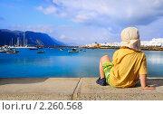 Купить «Трехлетний мальчик сидя на парапете смотрит на гавань. Грациоза, Канарские острова, Испания», фото № 2260568, снято 23 мая 2010 г. (c) Аnna Ivanova / Фотобанк Лори