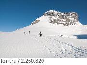 Люди несут спальники у подножья горы. Антарктида. Стоковое фото, фотограф Пётр Соболев / Фотобанк Лори