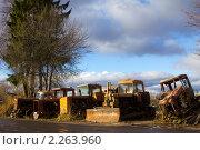 Старые трактора на городской окраине. Стоковое фото, фотограф Геннадий Распопов / Фотобанк Лори