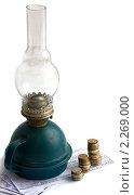 Купить «Керосиновая лампа на квитанциях за электроэнергию со стопками монет. Рост тарифов ЖКХ.», фото № 2269000, снято 10 января 2011 г. (c) Екатерина Рыбина / Фотобанк Лори