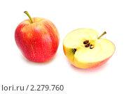 Купить «Яблоко целое и половина», эксклюзивное фото № 2279760, снято 15 января 2011 г. (c) Юрий Морозов / Фотобанк Лори