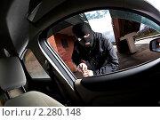 Купить «Автоугонщик вскрывает дверь. Вид из салона автомобиля», фото № 2280148, снято 14 ноября 2010 г. (c) Андрей Армягов / Фотобанк Лори