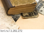 Купить «Старинная книга с фотографиями и письмами», фото № 2282272, снято 12 января 2011 г. (c) Воронин Владимир Сергеевич / Фотобанк Лори