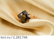 Купить «Золотое кольцо с топазом на золотом шелке», фото № 2283744, снято 11 декабря 2010 г. (c) ElenArt / Фотобанк Лори