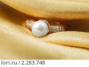 Купить «Золотое кольцо с жемчугом и цирконием на золотом шелке», фото № 2283748, снято 11 декабря 2010 г. (c) ElenArt / Фотобанк Лори