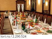 Сервированный стол в интерьере ресторана (2011 год). Редакционное фото, фотограф Татьяна Белова / Фотобанк Лори