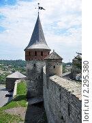 Оборонная стена крепости с башней (2010 год). Стоковое фото, фотограф Федор Болба / Фотобанк Лори