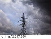 Купить «Над высоковольтными линиями электропередачи сгущаются грозные тучи», фото № 2297360, снято 2 сентября 2010 г. (c) Николай Винокуров / Фотобанк Лори