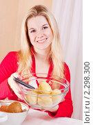 Купить «Девушка чистит картофель», фото № 2298300, снято 9 января 2011 г. (c) Майя Крученкова / Фотобанк Лори