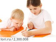 Купить «Дети рисуют, изоляция на белом фоне», фото № 2300008, снято 20 февраля 2008 г. (c) Сахно Роман Викторович / Фотобанк Лори