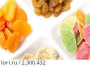Курага, инжир, изюм и цукаты лежат отдельно друг от друга на белой тарелке. Стоковое фото, фотограф Андрей Алпатов / Фотобанк Лори