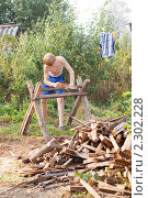 Купить «Мальчик пилит дрова», фото № 2302228, снято 8 августа 2010 г. (c) Майя Крученкова / Фотобанк Лори