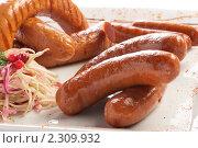 Ассорти из  колбасок, приготовленных на гриле, с гарниром из капусты  на светлой тарелке. Стоковое фото, фотограф Андрей Алпатов / Фотобанк Лори