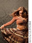 Купить «Женщина в коричневом платье стоит у стены», фото № 2315064, снято 1 октября 2009 г. (c) Losevsky Pavel / Фотобанк Лори