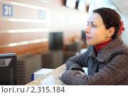 Купить «Молодая женщина у стойки регистрации в аэропорту», фото № 2315184, снято 11 апреля 2010 г. (c) Losevsky Pavel / Фотобанк Лори
