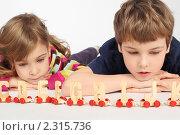Купить «Маленький мальчик и девочка лежат на полу и играют в деревянную железную дорогу с буквами», фото № 2315736, снято 25 февраля 2010 г. (c) Losevsky Pavel / Фотобанк Лори