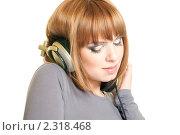 Купить «Красивая рыжеволосая девушка в наушниках слушает музыку», фото № 2318468, снято 25 января 2011 г. (c) Вера Франц / Фотобанк Лори
