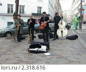 Купить «Париж.Уличный оркестр.», фото № 2318616, снято 9 января 2011 г. (c) Евгений Клеменков / Фотобанк Лори