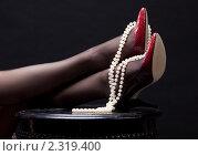 Купить «Женские ножки в туфлях и с бусами», фото № 2319400, снято 17 января 2010 г. (c) Юлия Матовкина / Фотобанк Лори