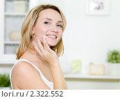Красивая девушка наносит крем на лицо. Стоковое фото, фотограф Валуа Виталий / Фотобанк Лори