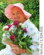 Купить «Женщина с цветами», эксклюзивное фото № 2324032, снято 19 июня 2010 г. (c) Юрий Морозов / Фотобанк Лори