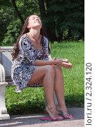 Купить «Молодая девушка сидит в парке на мраморной скамейке», фото № 2324120, снято 18 июля 2010 г. (c) Сергей Дубров / Фотобанк Лори