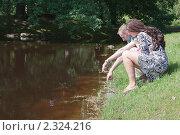 Купить «Влюбленная пара на берегу пруда в парке», фото № 2324216, снято 18 июля 2010 г. (c) Сергей Дубров / Фотобанк Лори