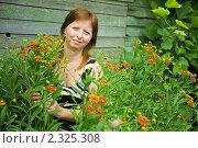 Купить «Женщина с цветами гелениума в саду», фото № 2325308, снято 20 июля 2010 г. (c) Яков Филимонов / Фотобанк Лори