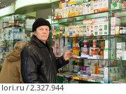 Купить «Пожилой мужчина в аптеке», фото № 2327944, снято 3 февраля 2009 г. (c) Татьяна Нафикова / Фотобанк Лори