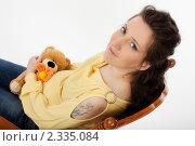 Беременная женщина сидит с игрушкой (2011 год). Редакционное фото, фотограф Инна Додица / Фотобанк Лори