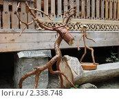Деревянные фигурки оленя и человечка перед Музеем Дерева на Куршской косе (2008 год). Редакционное фото, фотограф Евгения Нижегородцева / Фотобанк Лори