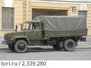 Купить «Военный грузовик ГАЗ на улице», фото № 2339280, снято 25 мая 2007 г. (c) Малышев Андрей / Фотобанк Лори
