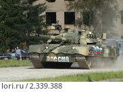 Купить «Современный газотурбинный танк Т-80У на полигоне в Кубинке», фото № 2339388, снято 12 сентября 2003 г. (c) Малышев Андрей / Фотобанк Лори