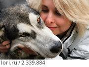 Купить «Молодая женщина с собакой. Крупный план», фото № 2339884, снято 9 сентября 2008 г. (c) Татьяна Белова / Фотобанк Лори