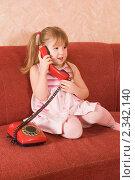 Купить «Девочка говорит по телефону», фото № 2342140, снято 30 января 2011 г. (c) Воронин Владимир Сергеевич / Фотобанк Лори