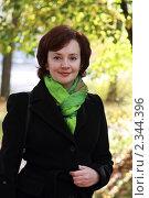 Купить «Девушка на фоне осеннего пейзажа», эксклюзивное фото № 2344396, снято 2 октября 2010 г. (c) Дмитрий Неумоин / Фотобанк Лори