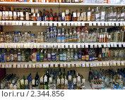 Купить «Водка в магазине», эксклюзивное фото № 2344856, снято 11 декабря 2018 г. (c) Володина Ольга / Фотобанк Лори