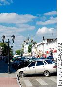 Купить «Автостоянка на древней улице Мурома», эксклюзивное фото № 2346892, снято 19 июля 2010 г. (c) Зобков Георгий / Фотобанк Лори