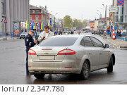 Купить «Инспектор ГИБДД проверяет документы у водителя», фото № 2347780, снято 2 мая 2010 г. (c) Светлана Кузнецова / Фотобанк Лори