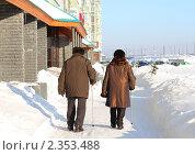 Купить «Пожилая пара идет по заснеженной улице города», фото № 2353488, снято 8 января 2011 г. (c) Ирина Андреева / Фотобанк Лори