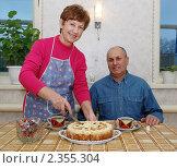 Купить «Мужчина и женщина пьют чай», фото № 2355304, снято 16 января 2011 г. (c) fotobelstar / Фотобанк Лори