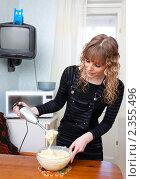 Купить «Девушка с блендером», фото № 2355496, снято 20 февраля 2011 г. (c) Шупейко Алексей / Фотобанк Лори