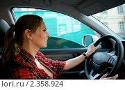 Купить «Девушка за рулем автомобиля», фото № 2358924, снято 8 мая 2010 г. (c) Миленин Константин / Фотобанк Лори