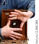 Купить «Старинная фотокамера и руки фотографа», фото № 2360380, снято 6 мая 2008 г. (c) Тарханов Николай Алексеевич / Фотобанк Лори