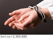 Купить «Руки , связанные компьютерным кабелем», фото № 2360680, снято 17 мая 2020 г. (c) Сергей Петерман / Фотобанк Лори