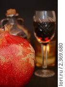 Купить «Красное вино в фужере и гранат», фото № 2369680, снято 15 февраля 2011 г. (c) Алексей Баринов / Фотобанк Лори