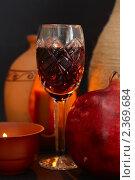 Купить «Красное вино в фужере, гранат и свечи», фото № 2369684, снято 15 февраля 2011 г. (c) Алексей Баринов / Фотобанк Лори