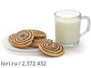 Купить «Черно-белое печенье со стаканом молока», фото № 2372432, снято 15 декабря 2019 г. (c) Ковалев Василий / Фотобанк Лори