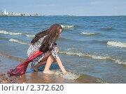 Купить «Молодая девушка гуляет по берегу моря», фото № 2372620, снято 18 июля 2010 г. (c) Сергей Дубров / Фотобанк Лори