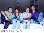 Купить «Компания друзей смотрят телевизор, сидя на диване», фото № 2374072, снято 15 января 2011 г. (c) Raev Denis / Фотобанк Лори